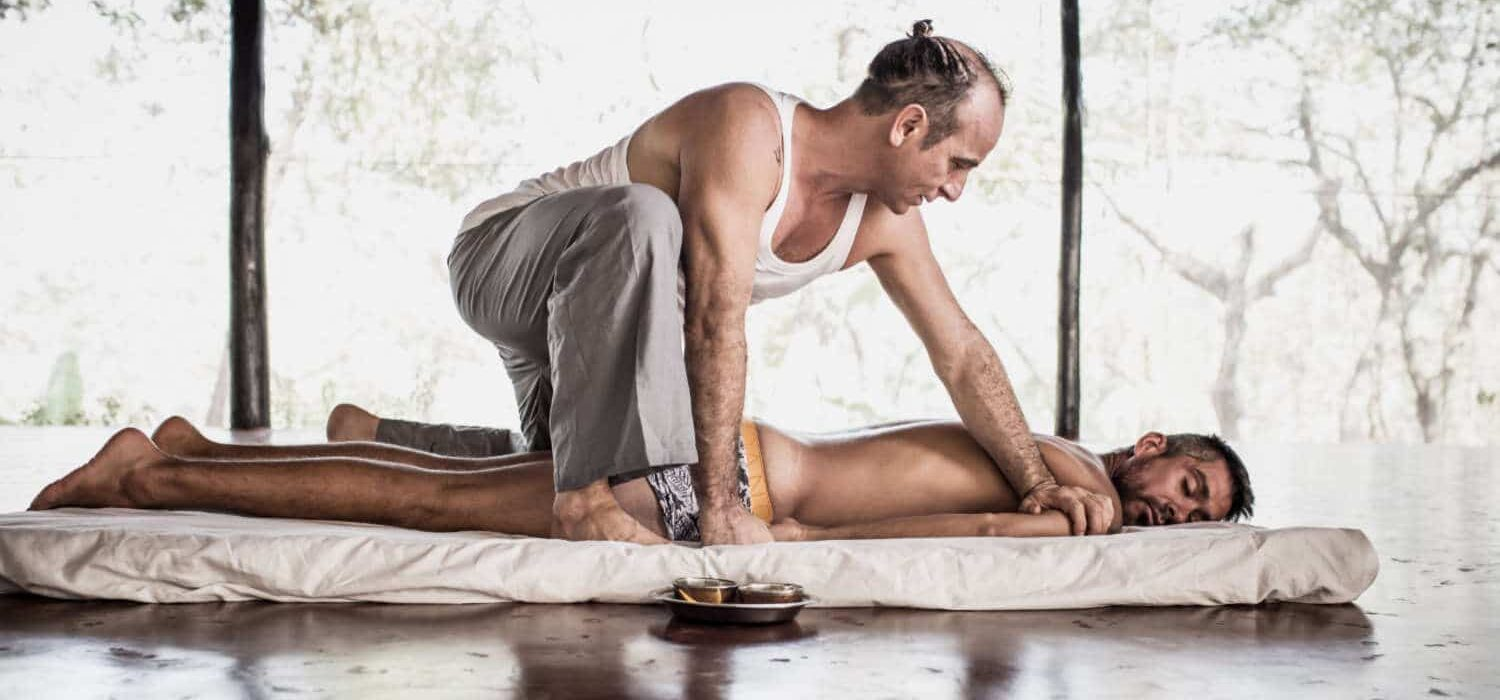 Ayurvedic Yoga Massage training courses with Ananta. The warming up of the back and arms